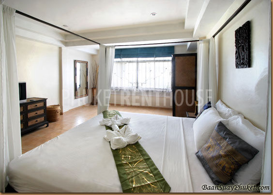 Large bedroom with king size 4 poster bed