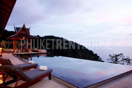 Outdoor infinity pool overlooking 180 degree ocean view with 2 salas on the sides.