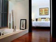 Bath tub towards master bedroom